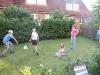 Drago spielt mit Kindern im Garten