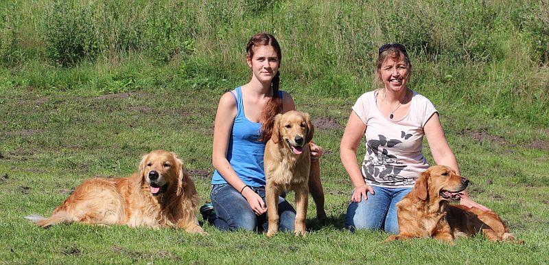 Gizmo Familienfoto mit Frauchen Vanessa, Züchterin und Eltern